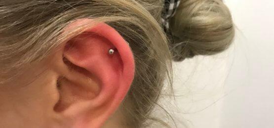 kolczyk w uchu