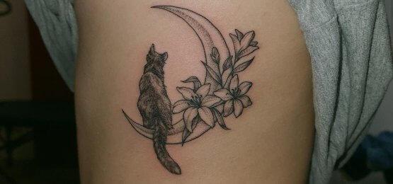 tatuaż kot na księżycu
