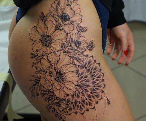 duży tatuaż biodro
